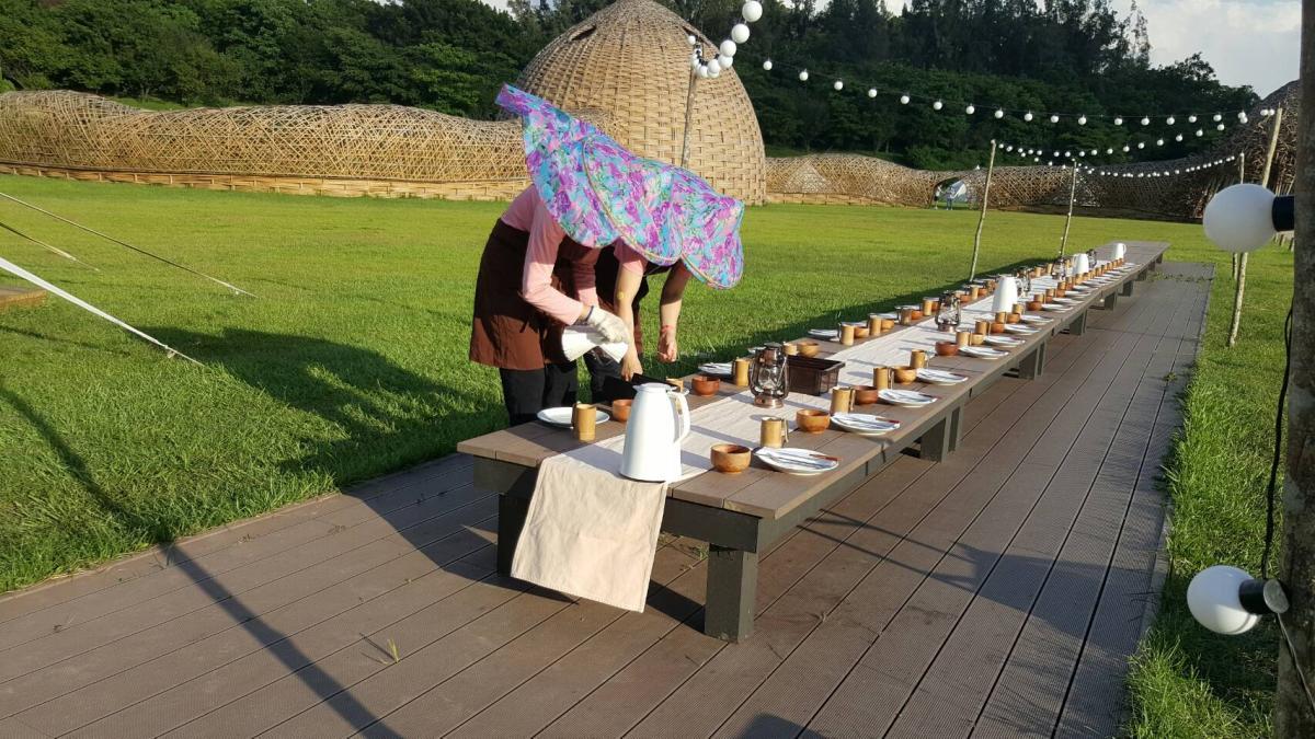 生活誌 草地餐桌開飯前辛苦的阿姨們